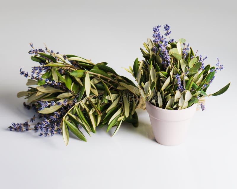 Ρομαντική ανθοδέσμη Lavender των λουλουδιών και των φύλλων ευκαλύπτων στο αναδρομικό ύφος στοκ εικόνες