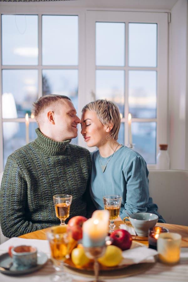 Ρομαντική ατμόσφαιρα στο σπίτι νέο τρομερό ζεύγος ερωτευμένο στοκ εικόνα με δικαίωμα ελεύθερης χρήσης