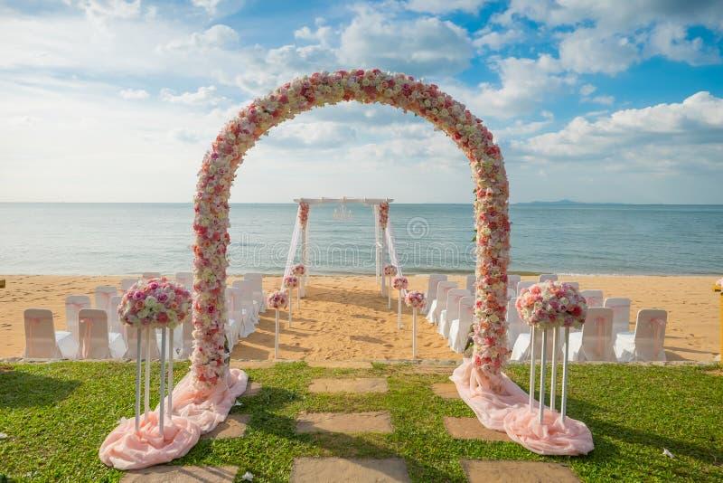 Ρομαντική γαμήλια τελετή στην παραλία στοκ εικόνα με δικαίωμα ελεύθερης χρήσης