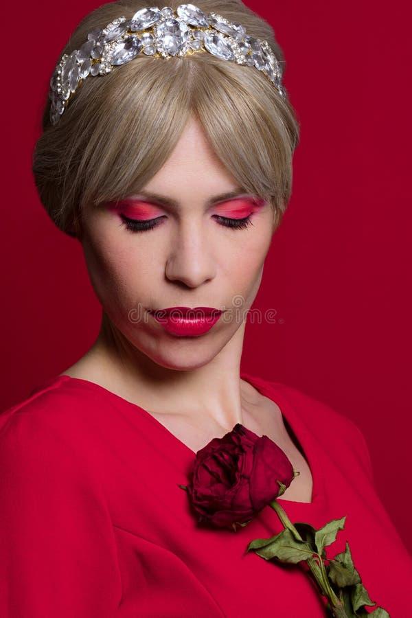 Ρομαντική γυναίκα στο κόκκινο στοκ εικόνα με δικαίωμα ελεύθερης χρήσης