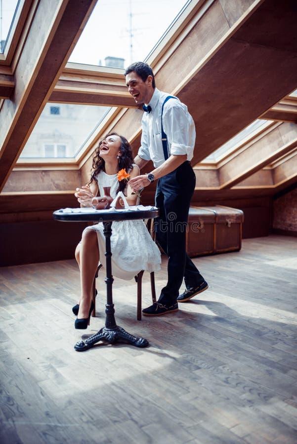 Ρομαντική ερωτευμένη σύνδεση ζευγών στον καφέ στοκ εικόνα με δικαίωμα ελεύθερης χρήσης