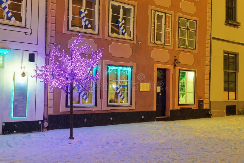 Ρομαντική και άνετη ατμόσφαιρα μιας μεσαιωνικής παλαιάς Ρήγας στα Χριστούγεννα στοκ εικόνα