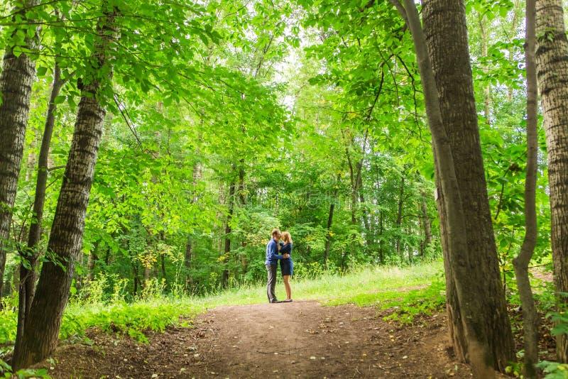 Ρομαντική νέα ερωτευμένη χαλάρωση ζευγών υπαίθρια στο πάρκο στοκ φωτογραφία με δικαίωμα ελεύθερης χρήσης