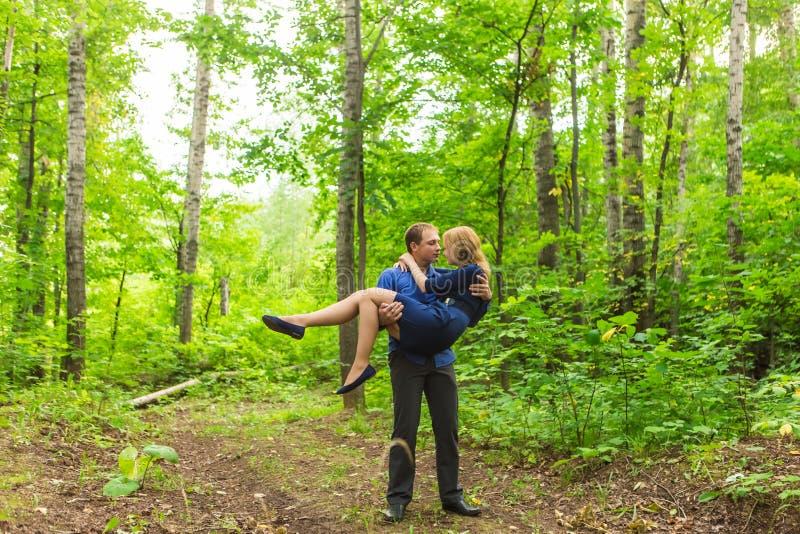 Ρομαντική νέα ερωτευμένη χαλάρωση ζευγών υπαίθρια στο πάρκο στοκ φωτογραφία