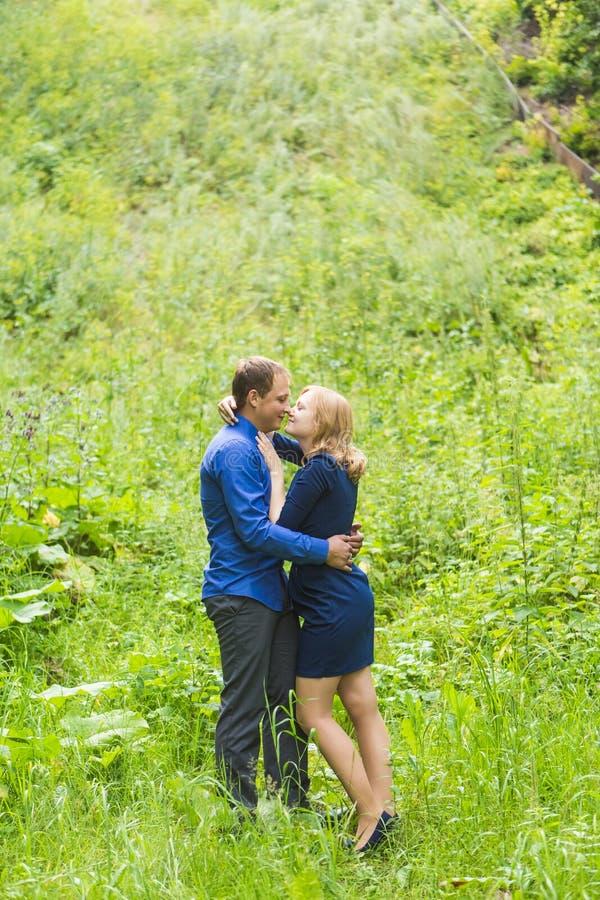 Ρομαντική νέα ερωτευμένη χαλάρωση ζευγών υπαίθρια στο πάρκο στοκ φωτογραφίες