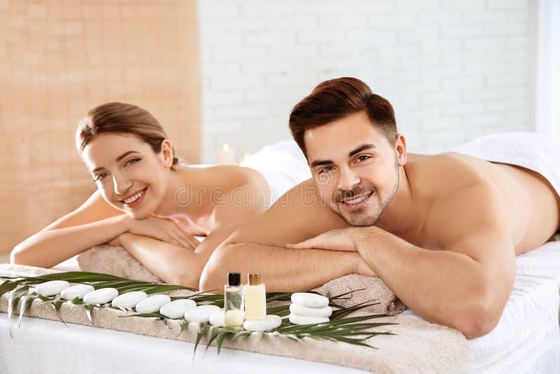 Ρομαντική νέα χαλάρωση ζευγών στοκ εικόνα με δικαίωμα ελεύθερης χρήσης