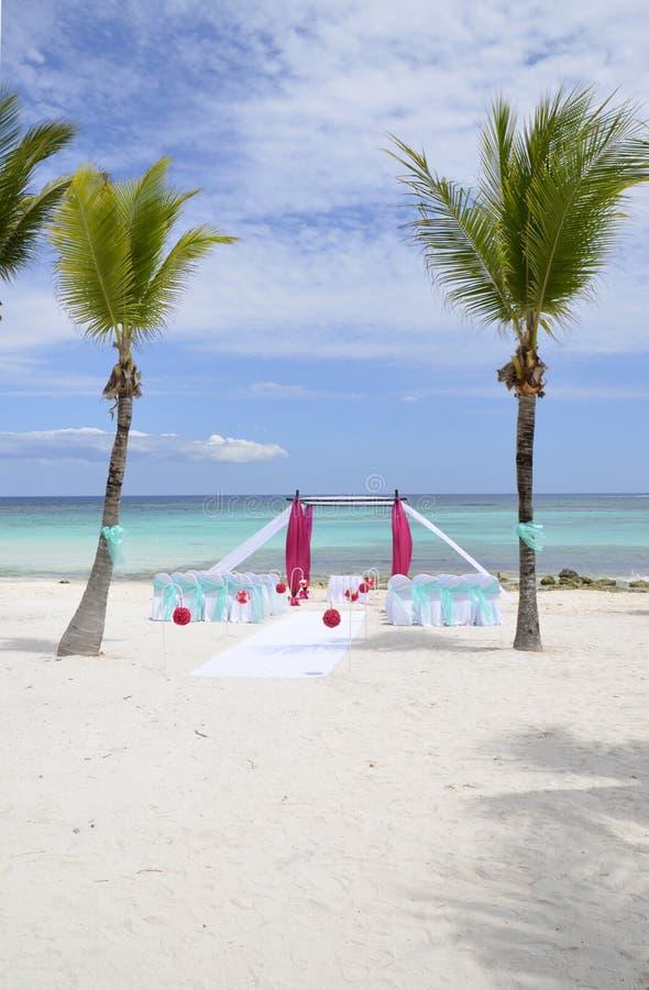 Ρομαντική οργάνωση γαμήλιων τόπων συναντήσεως παραλιών στοκ φωτογραφίες