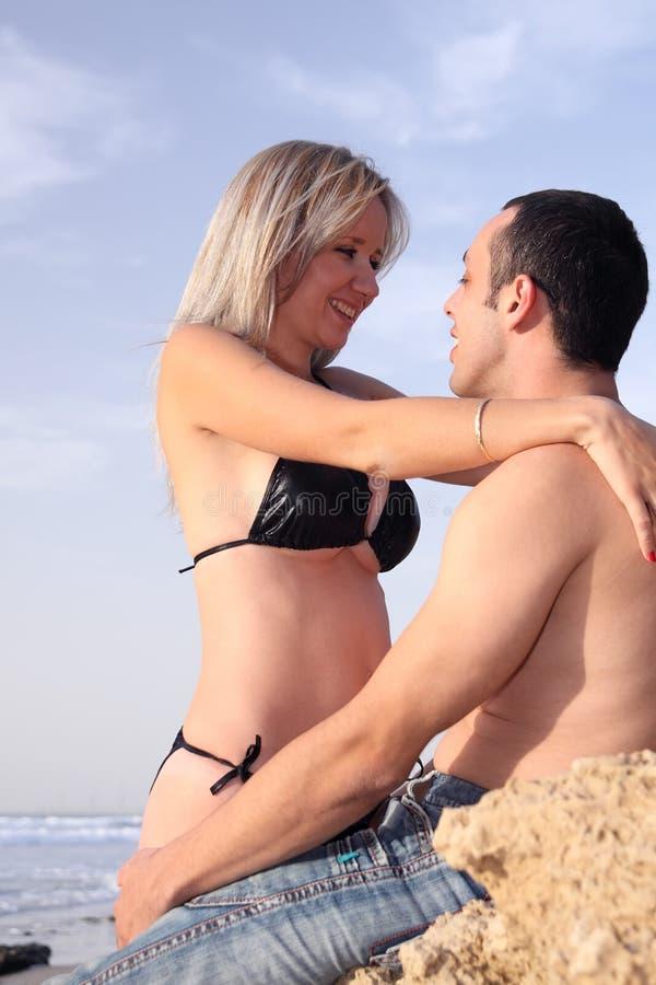 ρομαντική παραλία ζευγών στοκ εικόνες