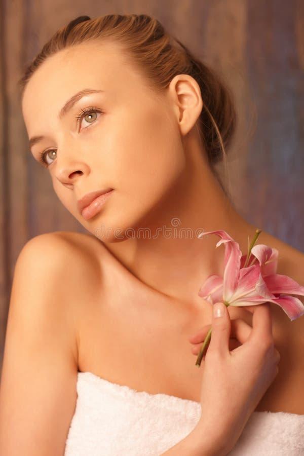 ρομαντική πετσέτα κοριτσ&io στοκ φωτογραφία