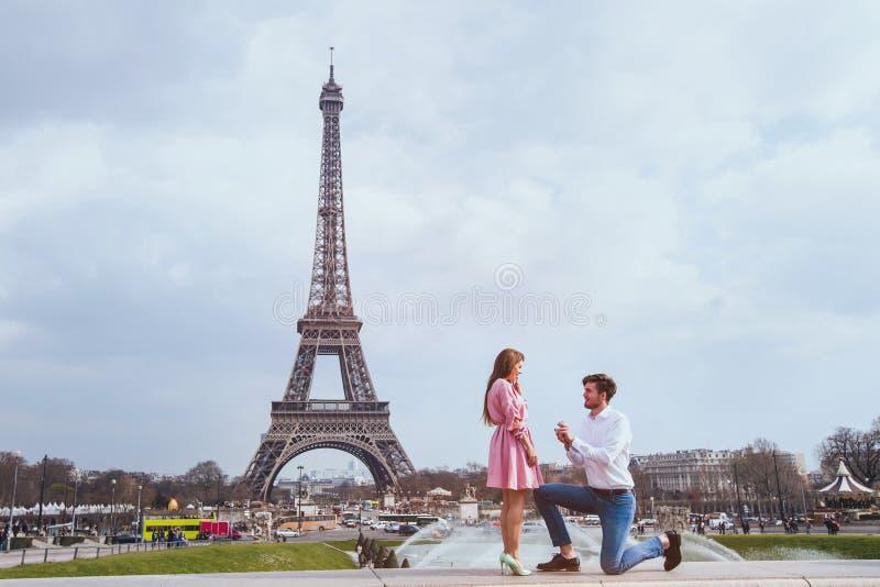 Ρομαντική πρόταση στο Παρίσι, δέσμευση στοκ φωτογραφία