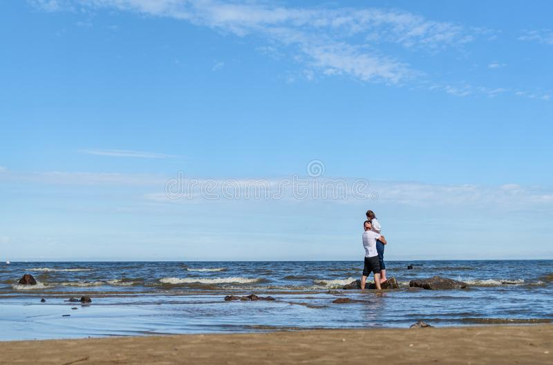 Ρομαντική χαλάρωση ζευγών εραστών νέα μαζί στην τροπική παραλία Ο άνδρας που αγκαλιάζει με τη γυναίκα και απολαμβάνει τη ζωή Θερι στοκ εικόνες με δικαίωμα ελεύθερης χρήσης