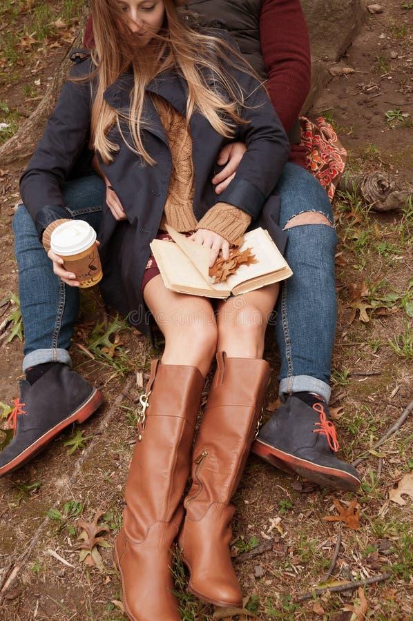 Ρομαντική χαλάρωση καφέ κατανάλωσης ζευγών στο πάρκο το φθινόπωρο στοκ φωτογραφίες με δικαίωμα ελεύθερης χρήσης