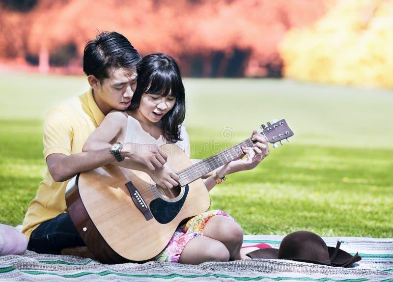 Ρομαντική χρονολόγηση την ημέρα φθινοπώρου στοκ φωτογραφίες με δικαίωμα ελεύθερης χρήσης