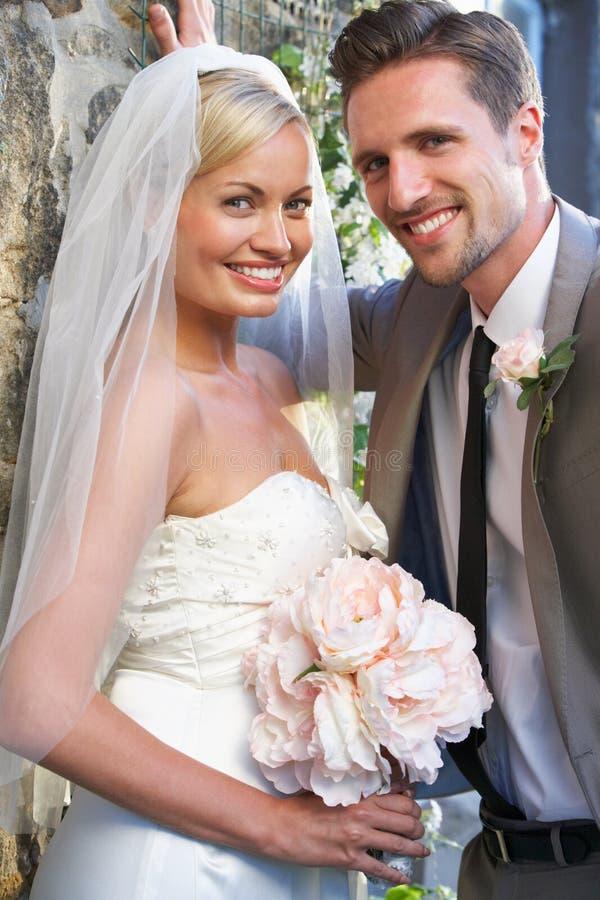 Ρομαντικοί νύφη και νεόνυμφος που αγκαλιάζουν υπαίθρια στοκ εικόνες