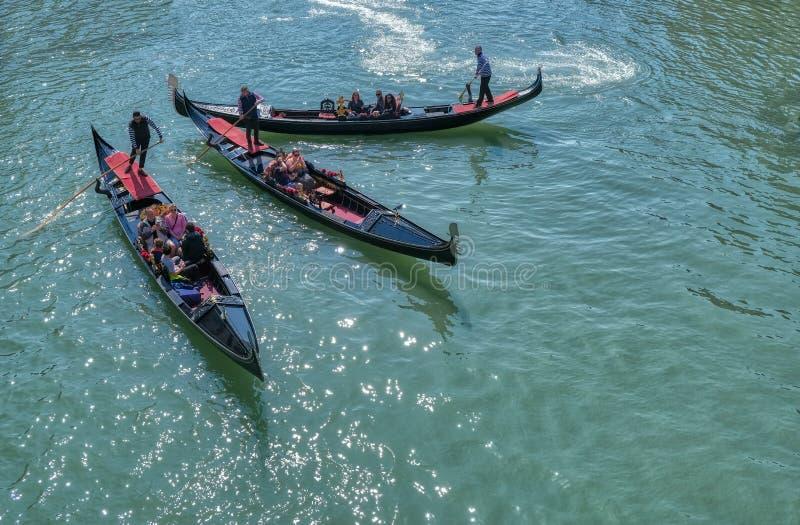 Ρομαντικός γύρος γονδολών στα κανάλια της Βενετίας, Ιταλία στοκ εικόνα
