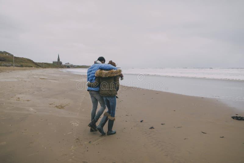 Ρομαντικός περίπατος σε μια χειμερινή παραλία στοκ φωτογραφία με δικαίωμα ελεύθερης χρήσης