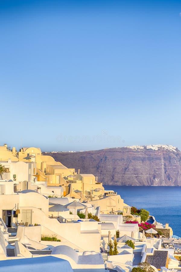 Ρομαντικός προορισμός Ήρεμη γραφική εικονική παράσταση πόλης Oia του χωριού στο νησί Santorini με ηφαιστειακό Caldera στο υπόβαθρ στοκ φωτογραφία με δικαίωμα ελεύθερης χρήσης