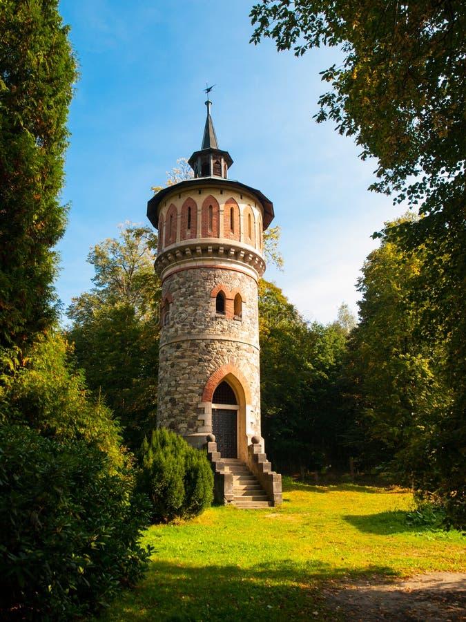 Ρομαντικός στρογγυλευμένος πύργος υδάτινων έργων στο πάρκο κοντά σε Sychrov Castle, Δημοκρατία της Τσεχίας, Ευρώπη στοκ φωτογραφία με δικαίωμα ελεύθερης χρήσης