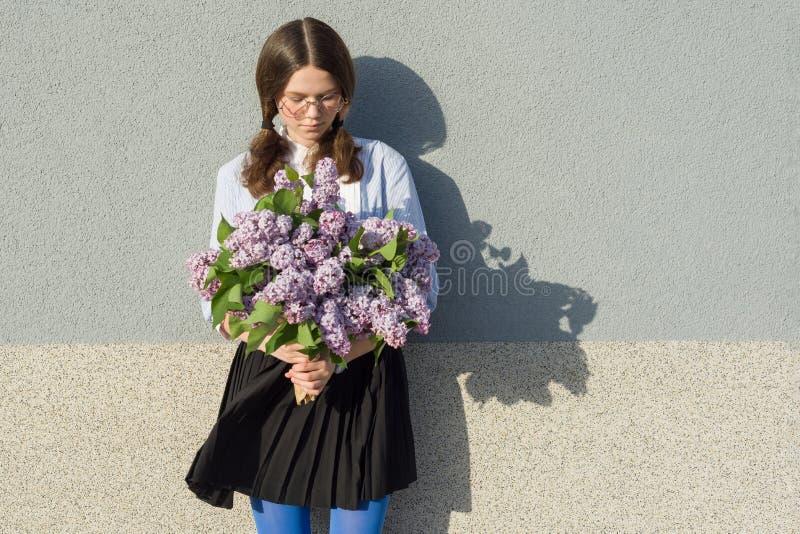 Ρομαντικό έφηβη πορτρέτου με την ανθοδέσμη των πασχαλιών στο γκρίζο υπόβαθρο τοίχων Υπαίθριο, διάστημα αντιγράφων στοκ εικόνες με δικαίωμα ελεύθερης χρήσης