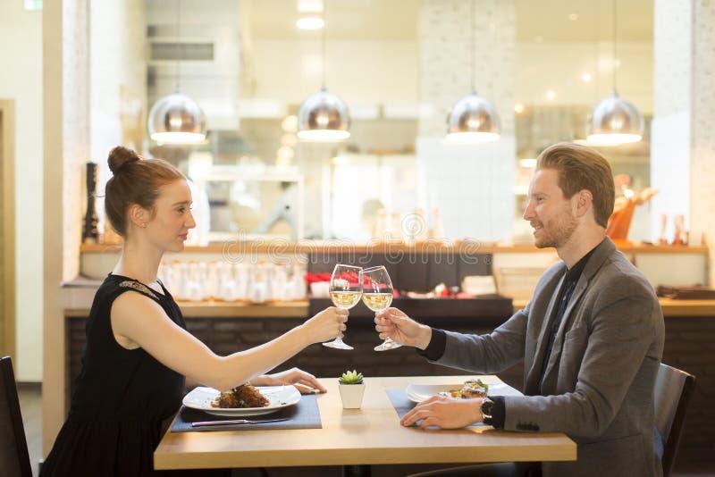 Ρομαντικό γεύμα στο εστιατόριο στοκ φωτογραφίες