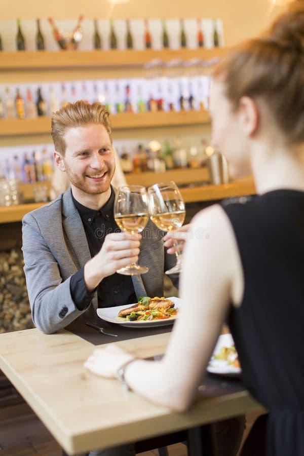 Ρομαντικό γεύμα στο εστιατόριο στοκ φωτογραφίες με δικαίωμα ελεύθερης χρήσης