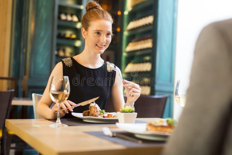 Ρομαντικό γεύμα στο εστιατόριο στοκ φωτογραφία