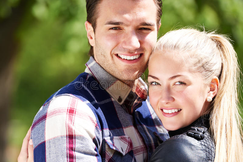Ρομαντικό ευτυχές ζεύγος με τα καλά χαμόγελα στοκ εικόνα με δικαίωμα ελεύθερης χρήσης