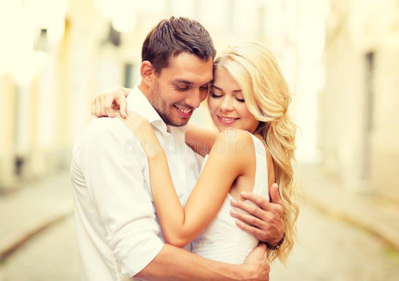 Ρομαντικό ευτυχές ζεύγος που αγκαλιάζει στην οδό στοκ εικόνα με δικαίωμα ελεύθερης χρήσης