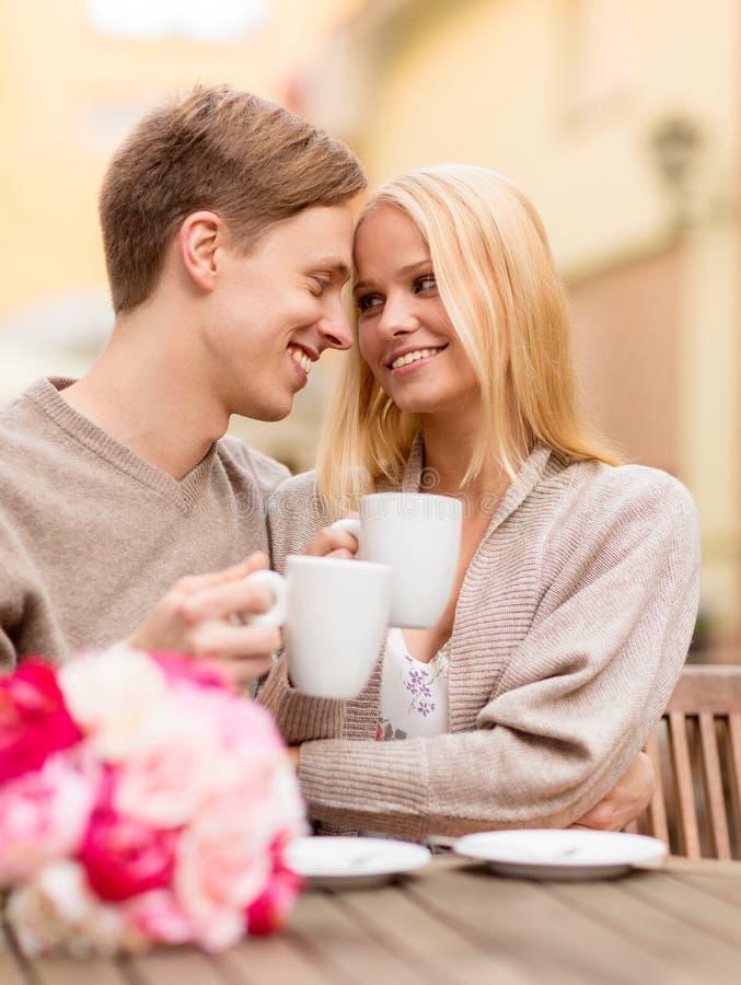 Ρομαντικό ευτυχές φίλημα ζευγών στον καφέ στοκ φωτογραφίες με δικαίωμα ελεύθερης χρήσης