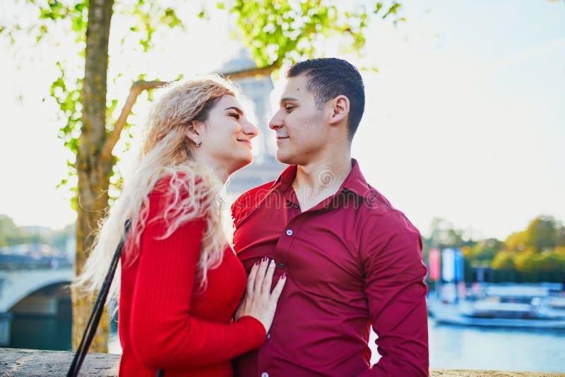 Ρομαντικό ζευγάρι ερωτευμένο κοντά στον πύργο του Άιφελ στοκ εικόνα