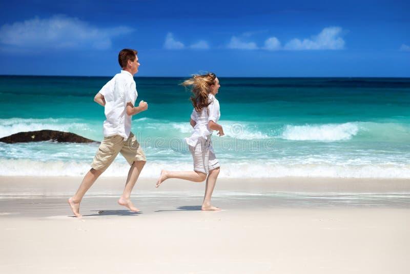 Ρομαντικό ζεύγος ανδρών και γυναικών στην παραλία στοκ εικόνες