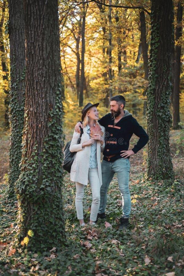 Ρομαντικό ζεύγος Γειά σου φθινόπωρο Νέο ζεύγος με τη φθινοπωρινή διάθεση Ταξίδια φθινοπώρου Ευτυχές ζεύγος στον περίπατο φθινοπώρ στοκ φωτογραφίες