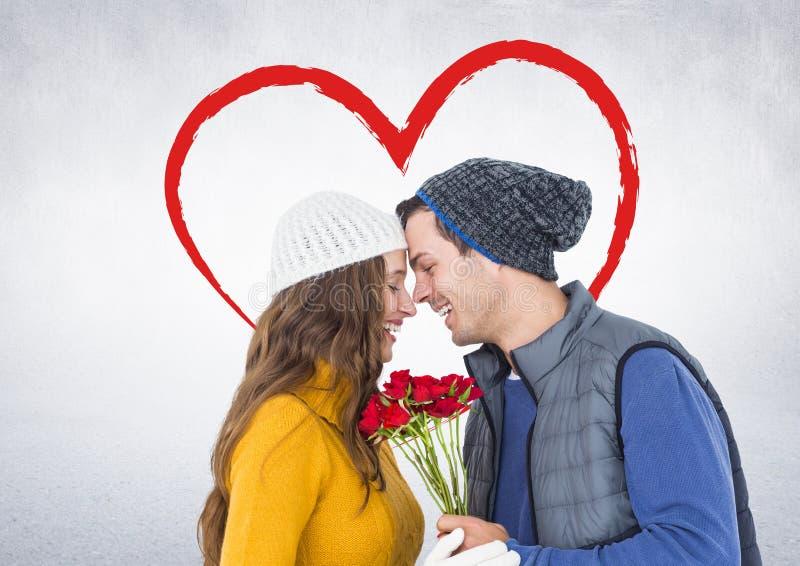 Ρομαντικό ζεύγος με τα πρόσωπο με πρόσωπο τριαντάφυλλα εκμετάλλευσης στοκ φωτογραφίες με δικαίωμα ελεύθερης χρήσης