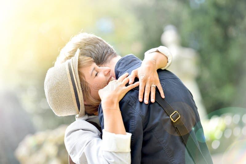 Ρομαντικό ζεύγος που αγκαλιάζει με την τρυφερότητα στοκ εικόνα