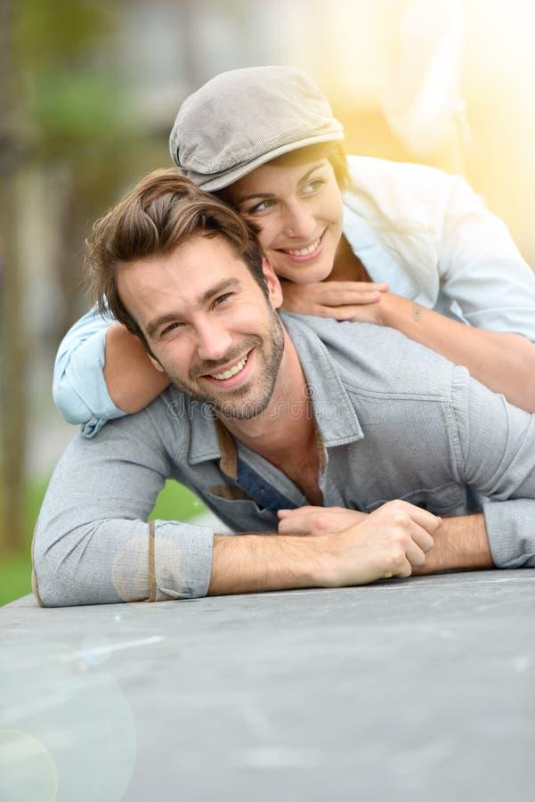 Ρομαντικό ζεύγος που βρίσκεται στο πάτωμα στην πόλη στοκ φωτογραφία