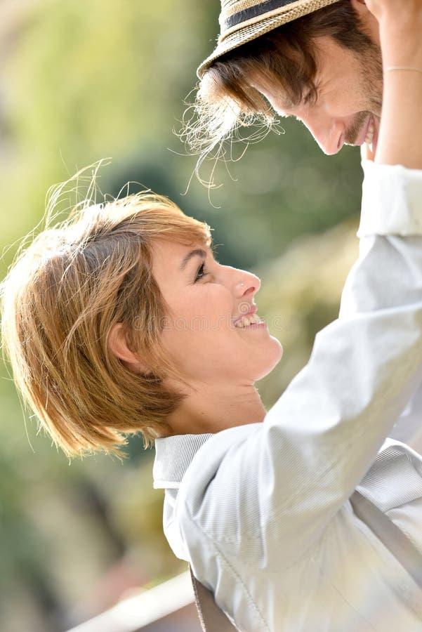 Ρομαντικό ζεύγος που εξετάζει το ένα το άλλο με την τρυφερότητα στοκ φωτογραφία με δικαίωμα ελεύθερης χρήσης