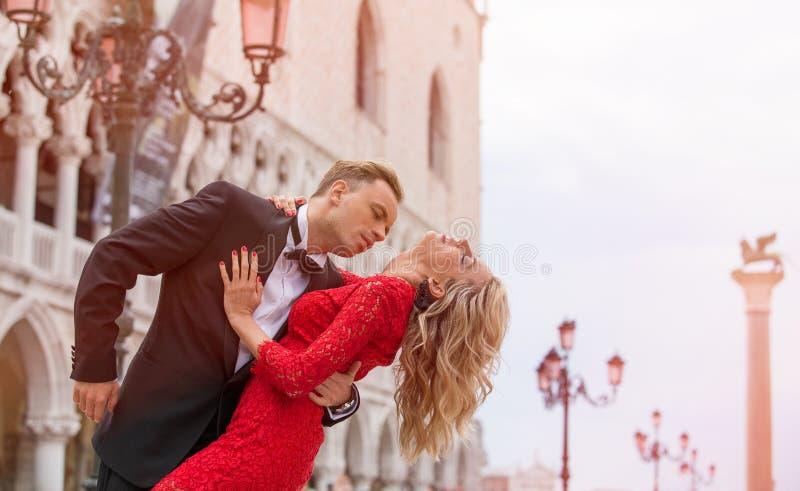 Ρομαντικό ζεύγος που χορεύει στην οδό στη Βενετία στοκ εικόνα