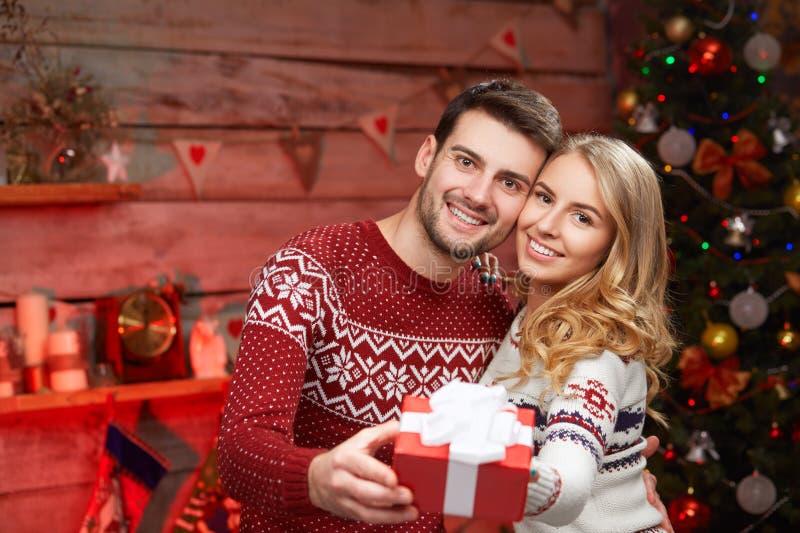 Ρομαντικό ζεύγος πουλόβερ με το κιβώτιο δώρων στοκ εικόνα