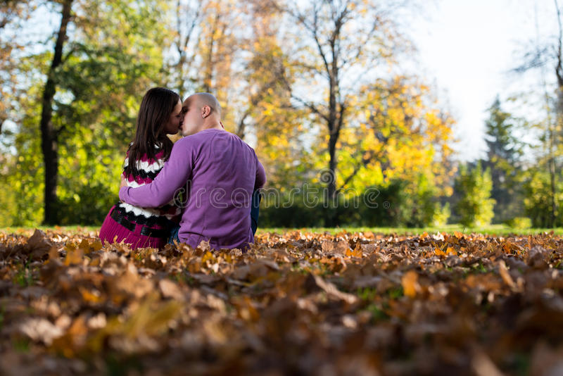 Ρομαντικό ζεύγος σε ένα πάρκο στοκ φωτογραφίες