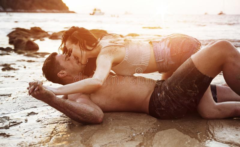 Ρομαντικό ζεύγος σε μια τροπική παραλία στοκ εικόνα