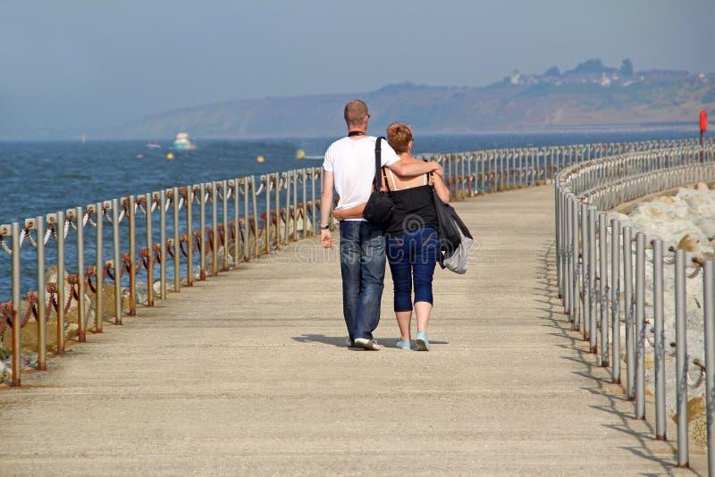 Ρομαντικό ζεύγος στον περίπατο διακοπών στοκ φωτογραφία με δικαίωμα ελεύθερης χρήσης