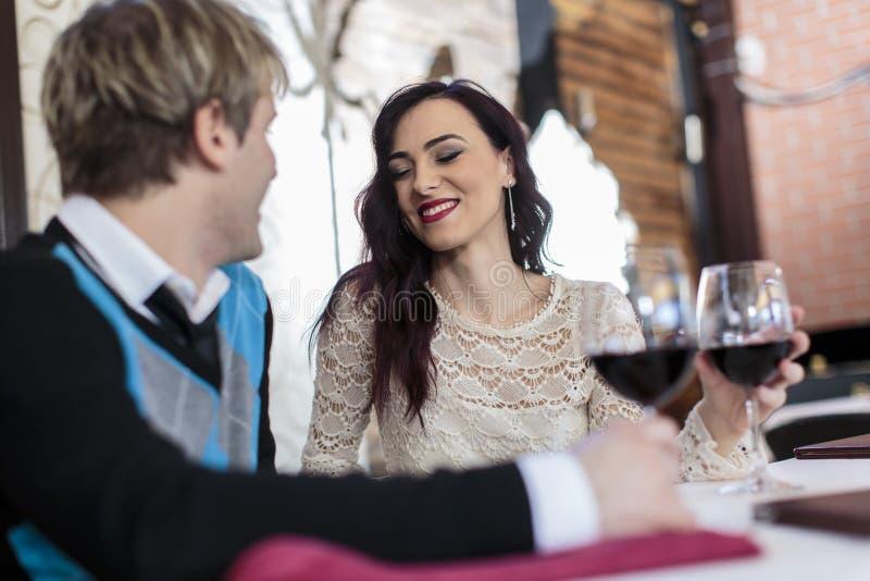 Ρομαντικό ζεύγος στο εστιατόριο στοκ φωτογραφία