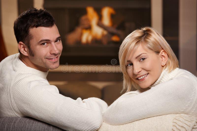 Ρομαντικό ζεύγος στο σπίτι στοκ φωτογραφία