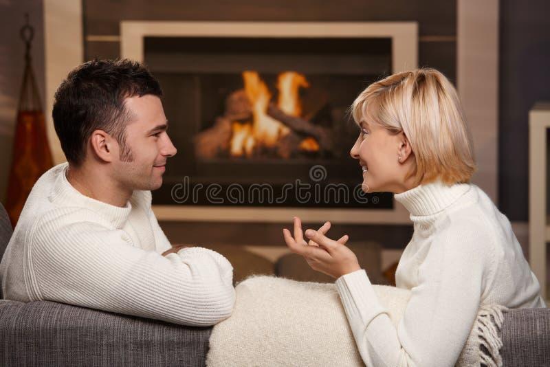 Ρομαντικό ζεύγος στο σπίτι στοκ εικόνα με δικαίωμα ελεύθερης χρήσης