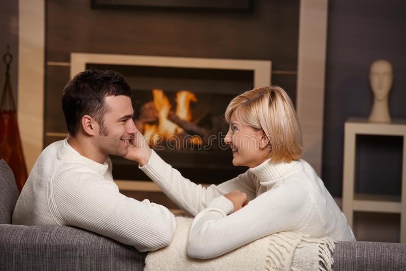 Download Ρομαντικό ζεύγος στο σπίτι στοκ εικόνα. εικόνα από ευτυχία - 22784935