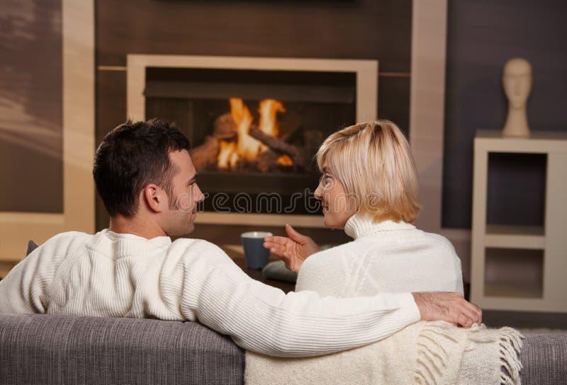 Ρομαντικό ζεύγος στο σπίτι στοκ εικόνες με δικαίωμα ελεύθερης χρήσης