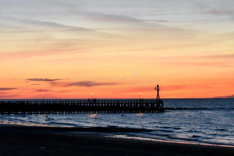Ρομαντικό ζωηρόχρωμο ηλιοβασίλεμα στον πάκτωνα courseulles-sur-Mer Γαλλική Νορμανδία στοκ φωτογραφία με δικαίωμα ελεύθερης χρήσης