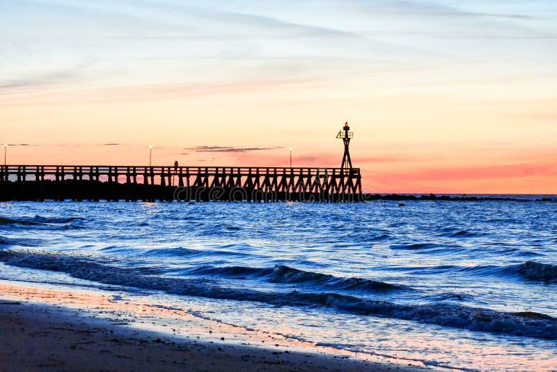 Ρομαντικό ζωηρόχρωμο ηλιοβασίλεμα στον πάκτωνα courseulles-sur-Mer Γαλλική Νορμανδία στοκ εικόνα με δικαίωμα ελεύθερης χρήσης