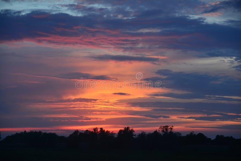 Ρομαντικό ηλιοβασίλεμα στις πεδιάδες στοκ εικόνα
