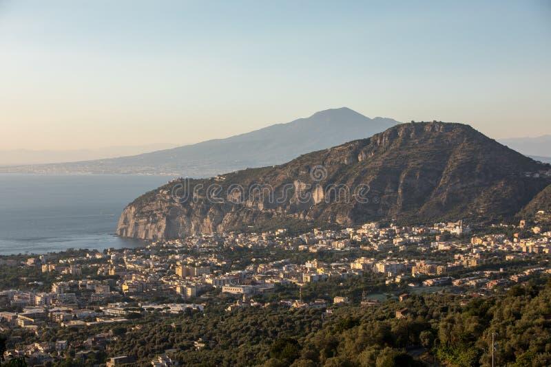 Ρομαντικό ηλιοβασίλεμα στο Κόλπο της Νάπολης και του Βεζούβιου Σορέντο στοκ εικόνες